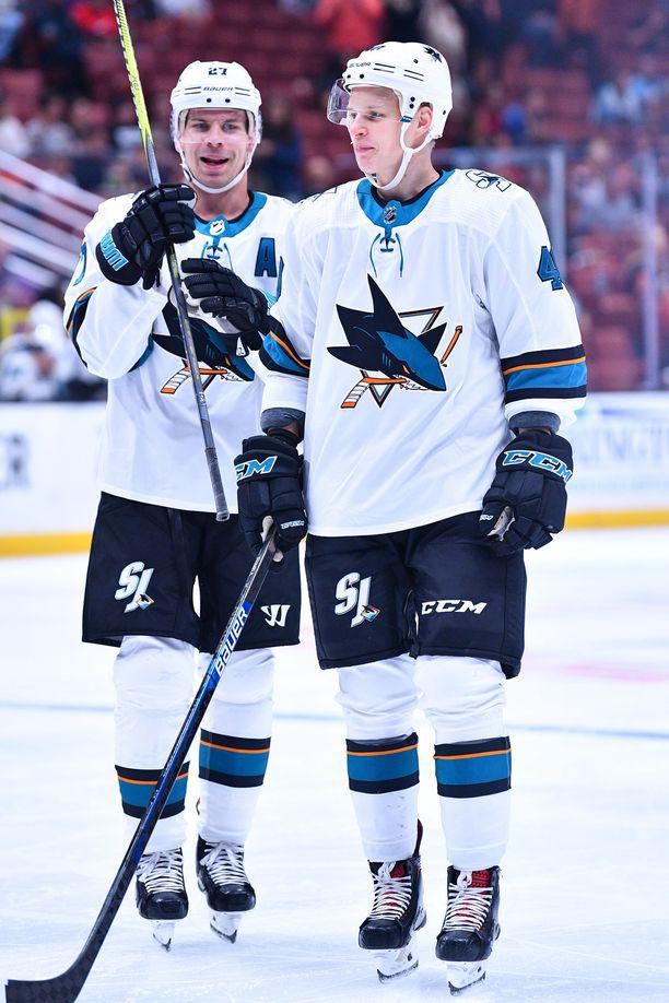 Joonas Donskoi ja Antti Suomela pelaavat Sharskin kolmosketjussa Evander Kanen kanssa.