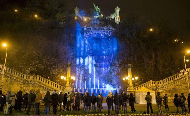 Gellertin kukkulan vesiputous loistaa myös Suomen lipun väreissä Budapestissa.