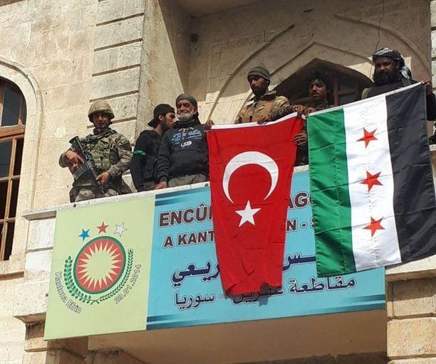 Turkin lippu nostettiin parvekkeelle Syyrian Afrinissa sunnuntaina.