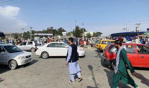 Monet afgaanit yrittävät paeta maasta Talibanin kaapattua taas vallan 20 vuoden jälkeen.