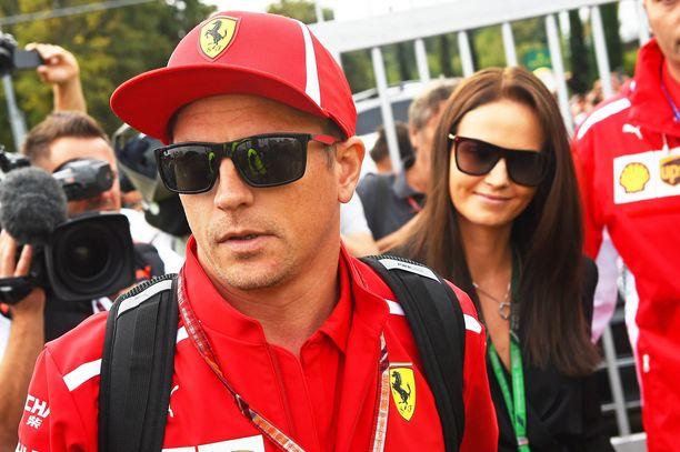 Kimi Räikkönen voitti ensi kertaa yli 2000 päivään. Minttu Räikkönen onnitteli miestään.