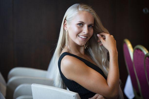 Kuvassa Alina Voronkova missikiertueella.