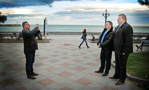 Johan Bäckmanin paikallinen autonkuljettaja ja henkivartija halusivat ikuistaa itsensä suomalaisdosentin seurassa Krimillä.