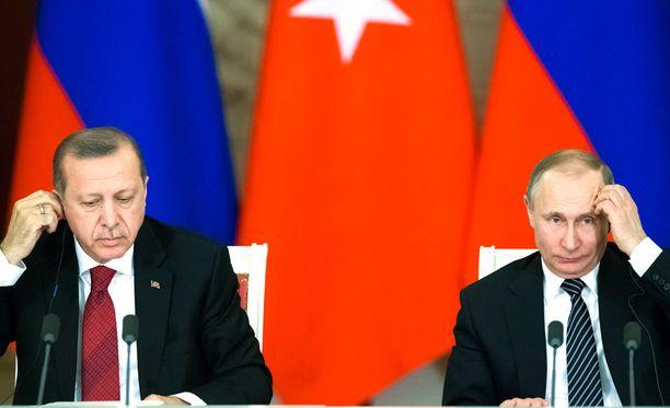 Vladimir Putin (oik.) tapasi tänään Moskovassa vierailleen Turkin presidentin Recep Tayyip Erdoganin (vas.).