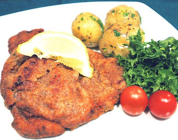 Konditoriaa ja cateringpalvelua pyörittävä Oliver Werner Krulla tarjoaa wieninleikkeen sitruunaviipaleen, persiljaperunoiden ja salaatin kera.