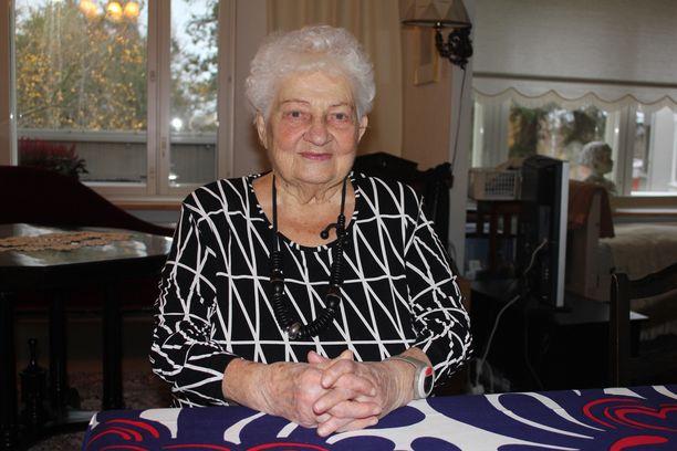 Anna-Liisa Siro muistuttaa vanhusten kaipaavan välittävää huolenpitoa.