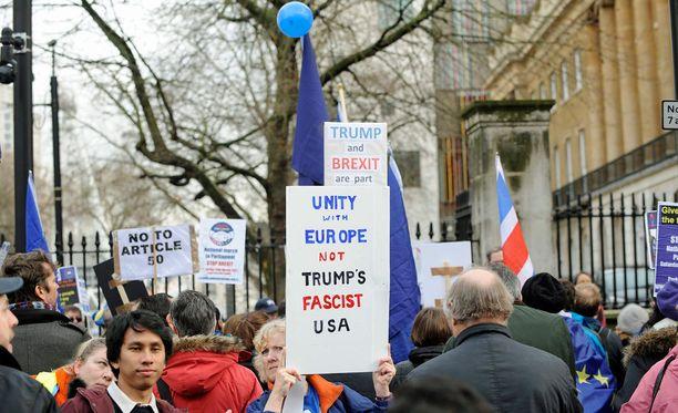 Lontoossa osoitetaan mieltä EU:n puolesta ja Yhdysvaltain presidentin Donald Trumpin hallituksen asettamaa maahantulokieltoa vastaan.