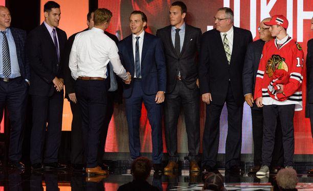 Henri Jokiharju pääsi kättelemään suurimmat esikuvansa Patrick Kanen ja Jonathan Toewsin.