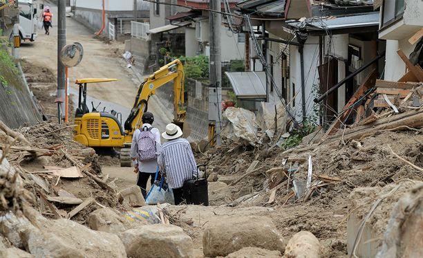 Japanissa ainakin 10 000 ihmistä on joutunut jättämään kotinsa rankkasateiden aiheuttamien tuhojen takia. Kuvassa Hiroshiman asukkaat siirtävät omaisuuttaan evakuointikeskukseen.