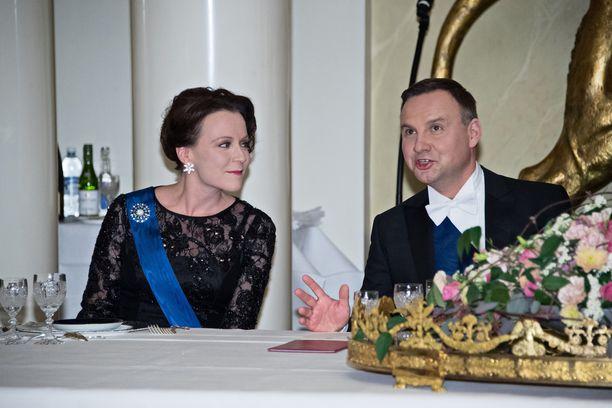 Ilta jatkuu illallisen parissa. Haukio istuu Puolan presidentin vieressä.