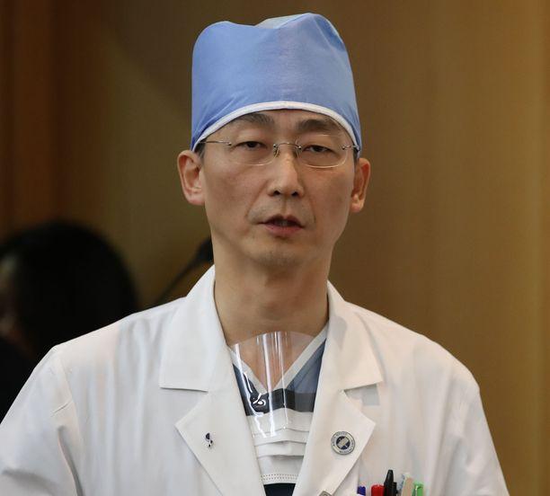 Lee Cook-jong kertoo kiintyneensä loikkaripotilaaseensa. Hän on suojellut potilasta julkisuudelta.