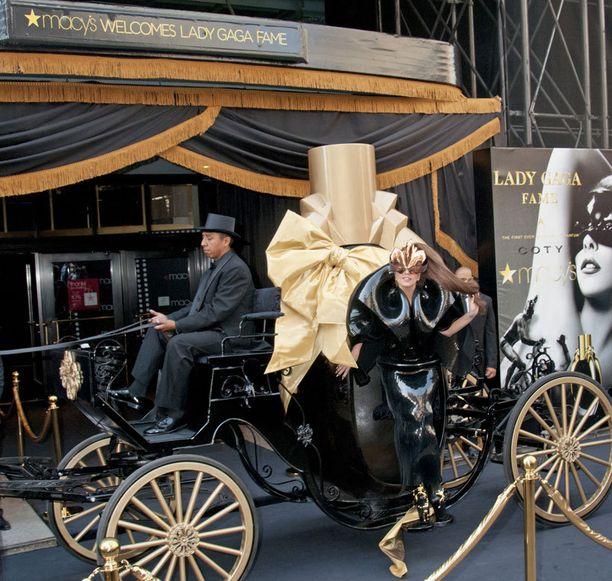 Gaga saapui Macy's-tavarataloon hevosvaunuilla.