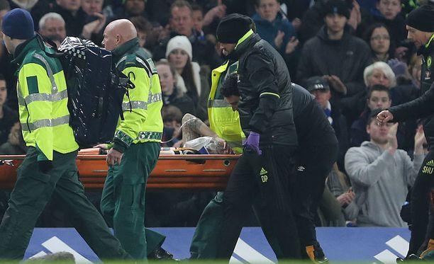 Ryan Mason mursi kallonsa Chelsea-ottelussa.