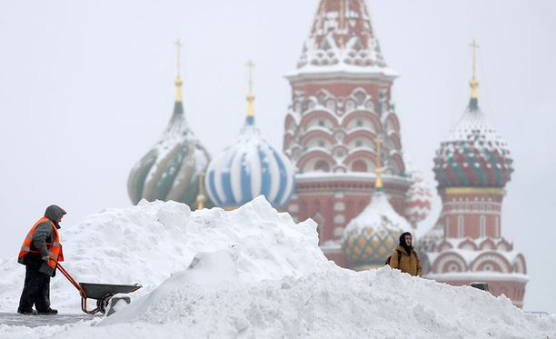 Maanantaina Moskova oli lumimyräkän armoilla.