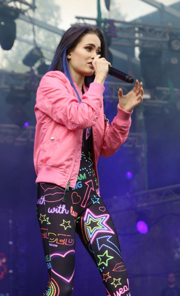 Laulajan asukokonaisuus koostui pirteistä väreistä.