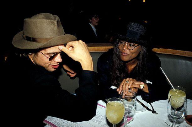 Robin Givens ja Brad katselivat toisiaan samanlaisten pyöreiden linssien läpi. Myös hatuissa on samaa näköä.