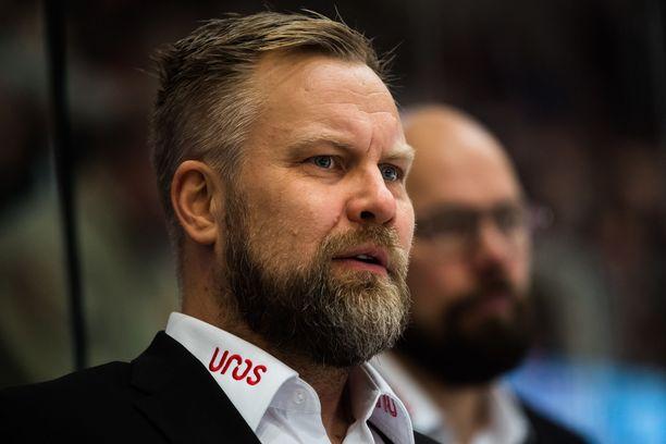 Mikko Manner valmentaa voittoputkessa olevaa kärppäjoukkuetta.