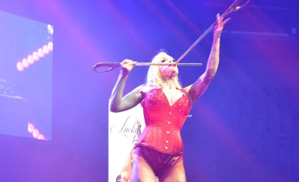 Lucky Hell esiintyi Tubeconissa korsetissa ja stringeissä. Yleisö kootui pääosin lapsista ja nuorista.