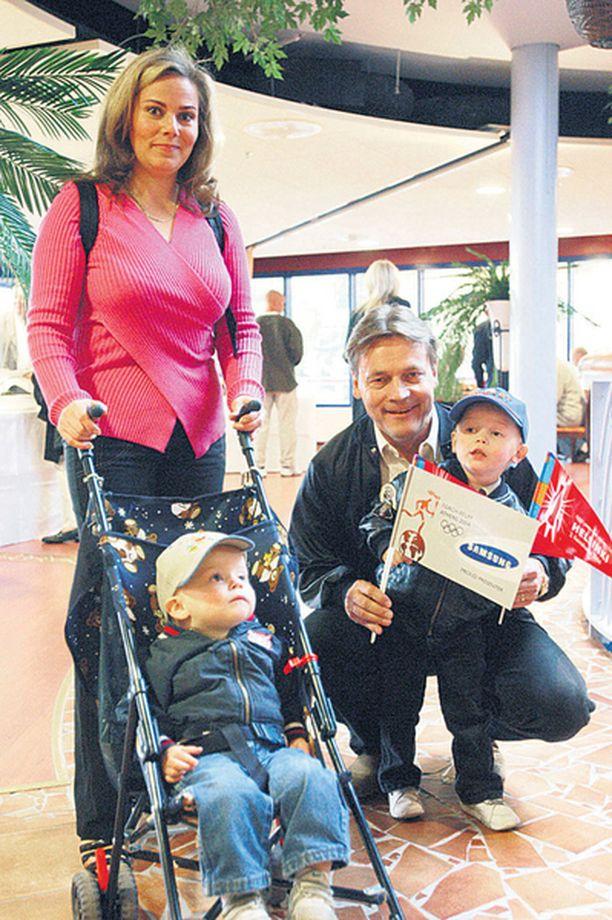 Kotiäitien puolella Nina Mikkonen ihmetteli Ylen Aamu-tv:ssä, miksi eläimet halutaan vapauttaa ja lapset tarhata.