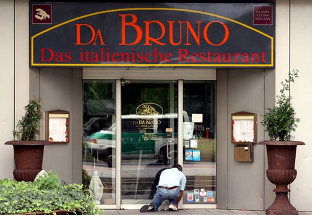 VIIMEINEN ILLALLINEN Surmansa saanut miesporukka vietti iltaa Da Bruno -ravintolassa Duisburgissa.