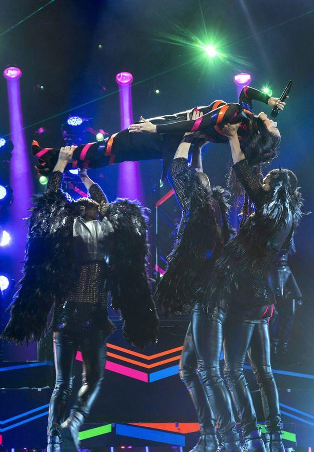 Monstersin koreografia ja lavasteet ovat herättäneet kritiikkiä.