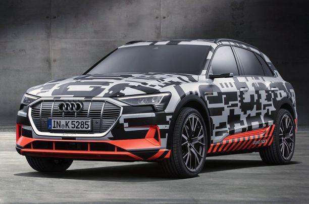 Audi e-Tron on esitetelty naamioituna versiona, mutta perus-SUVin ilme on nähtävissä.