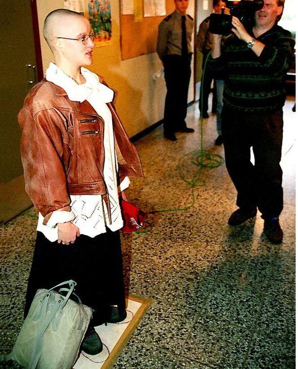 Media oli seuraamassa kun naisten asepalvelus alkoi Suomessa syksyllä 1995. Kuvassa palvelukseen astunut Laura Tiilikainen.