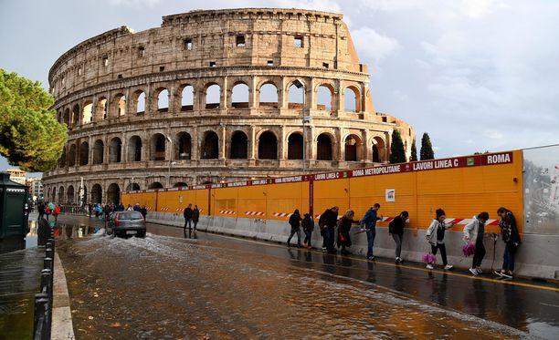 Rooman Colosseum on yksi noin 50 kohteesta, joka valaistaan sinivalkoiseksi lähipäivinä.