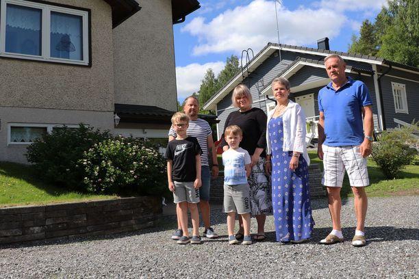 Juha Koskinen (vas.) ja Niina Mäkilä-Koskinen asuvat puutalossa Niinan vanhempien kivitalon takana.