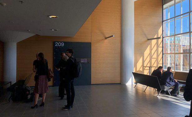 Istuntosalin edustalle kerääntyi tiistaina runsaasti median edustajia. Entinen poliisijohtaja Lasse Aapio (ikkunan edessä vasemmalla) saapui paikalle asianajajansa Kari Jaatisen kanssa.