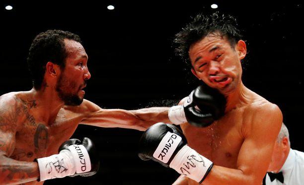Tämä kuva ei todella kerro, että ottelun voitti oikealla näkyvä Shinsuke Yamanaka.