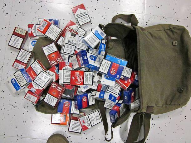 Pihit suomalaiset tupakanhakijat yöpyvät matkailuautoissaan Venäjällä, jotta saavat tuoda tupakkaa Suomeen. Kuvituskuva.