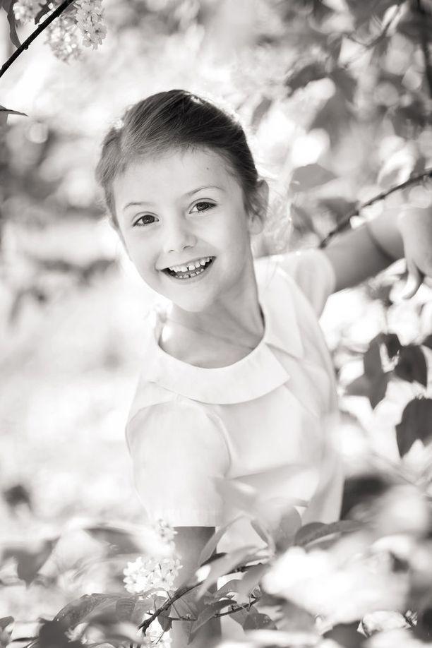 Prinsessa Estelle on reipas ja iloinen. Ylpeä isosisko katsoo pikkuveljensä perään myös edustustilaisuuksissa.