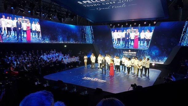 Kaikki 21 finalistia lavalla.