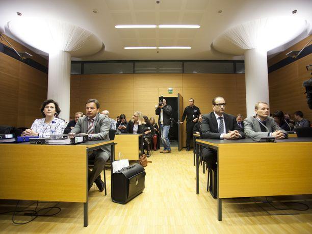 Hilkka Ahde ja Timo Räty lakimiehineen Helsingin käräjäoikeudessa marraskuussa 2013.