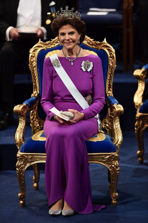 Silvia luotti violettiin.