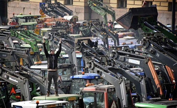Maanviljelijät osoittivat mieltään Helsingissä maaliskuussa järjestetyssä traktorimielenosoituksessa.
