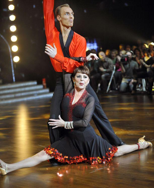 Pirkko Mannola tanssi itsensä Tanssii tähtien kanssa -ohjelman finaaliin. Tanssiin keskittyminen auttoi häntä selviytymään raskaasta menetyksestä.
