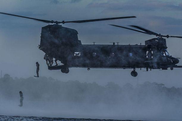 Yhdysvallat tuo Lappiin kaksi MH-47G-helikopteria, joita on käytetty muun muassa erikoisjoukkojen tukena Afganistanin vuoristoisissa olosuhteissa. Kuvassa amerikkalaisia erikoisjoukkojen sotilaita hyppää MH-47-helikopterista Floridassa järjestetyssä harjoituksessa.