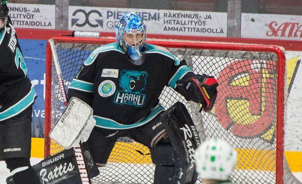 Karhu HT:n maalivahti Niklas Lehti koki kovia ottelussa VG-62:ta vastaan.