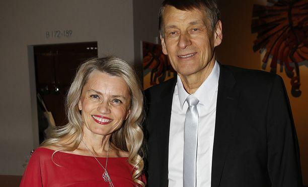 Räsänen nähtiin samassa punaisessa iltapuvussa Linnan juhlissa vuonna 2006.