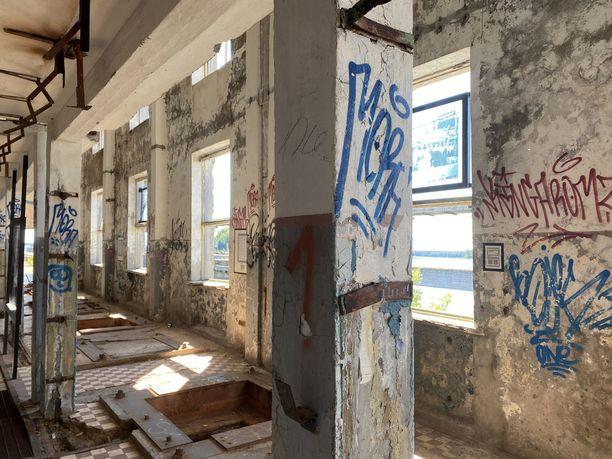 Graffitimaalarit hyödynsivät vanhojen sotilasrakennusten seiniä, kun Haran tukikohta oli hylättynä.
