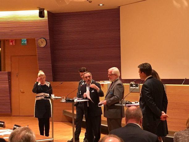 Ben Zyskowicz haastoi professori Juha Lavapuroa eduskunnan perustuslakiseminaarissa.