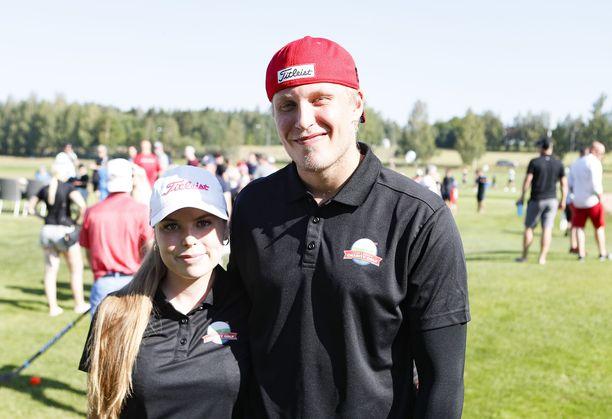 Sanna-Mari Kiukas ja Patrik Laine nauttivat lämmöstä Nokialla.