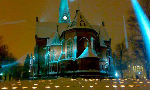 Kotkan kirkko ja sankarihautausmaa itsenäisyyspäivänä.