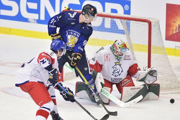 Suomen ykkössentteri Juho Lammikko häärii Tshekki-vahti Roman Willin maalin edessä puolustaja Lukas Klokin riesana.