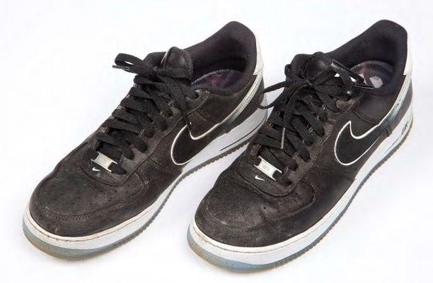 Poliisi taltioi murhaepäiltyjen kengät esitutkinta-aineistoksi.