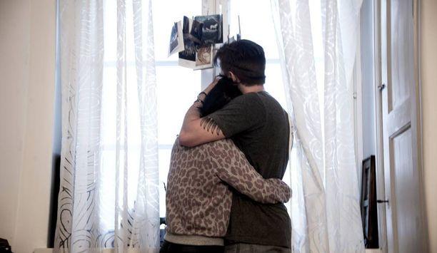Aina ei tarvita sanoja. Joskus halaus on paras lohdutus. Kuvassa Tiina ja Ville.