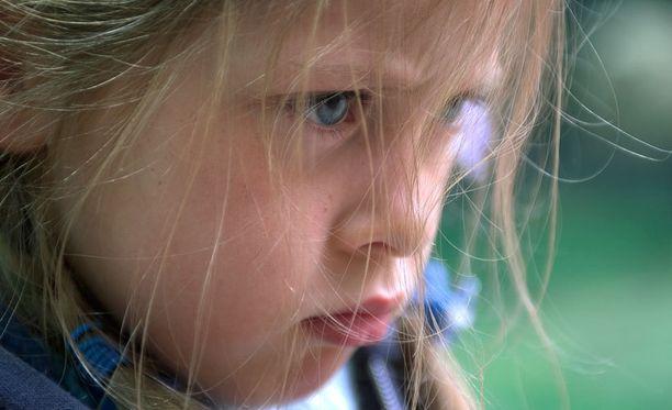Kehumallakin voi vaikuttaa tehokkaasti: Kun kiinnittää huomion hyvään käytökseen ja kehuu, lapsen itsetunto vahvistuu ja halu jatkaa hyvää käytöstä voimistuu.