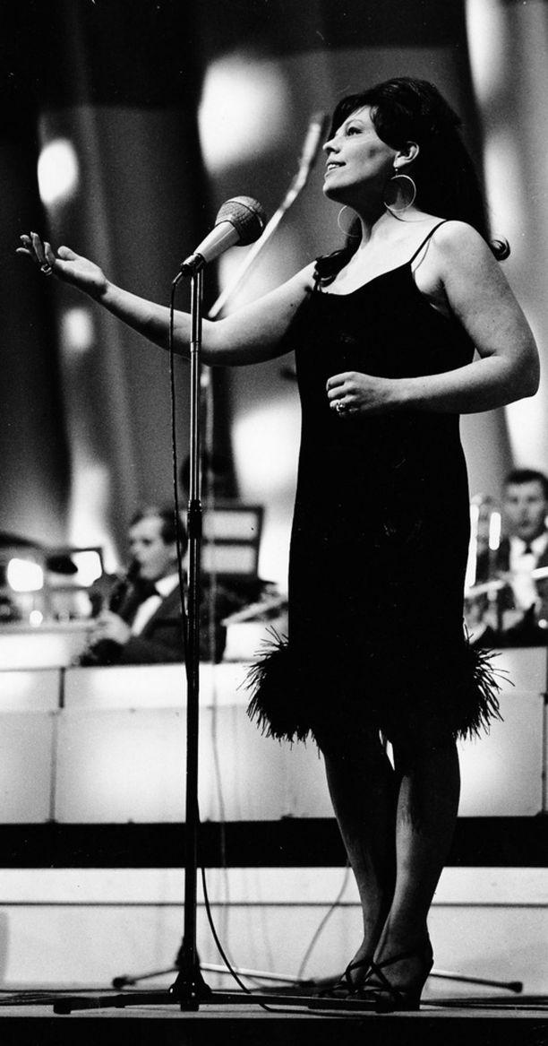 Annikki Tähti lauloi lavoilla.